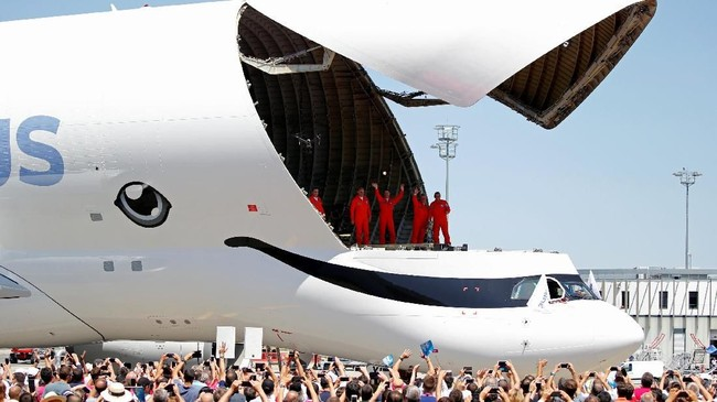 Para insinyur di Airbus mengubah lebar ruang kargo dan menurunkan posisi kokpit pesawat Beluga XL supaya memudahkan dalam proses bongkar muat. (REUTERS/Regis Duvignau)