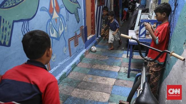 Aktivitas warga di Kampung Tematik saat siang hari, total jumlah rumah warga yang dicat ada sekitar 250 rumah. (CNN Indonesia/ Hesti Rika).