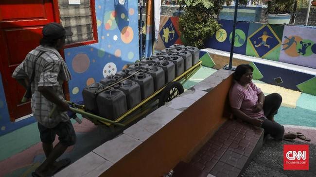 Proses pengecatan oleh warga dimulai sejak 8 Juli hingga 21 Juli 2018. Dinding rumah dan jalan trotoar bergambarkan cabang olahraga yang diperlombakan di Asian Games 2018. (CNN Indonesia/ Hesti rika)