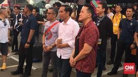 Tampil Santai, Jokowi Kunjungi We The Fest 2018