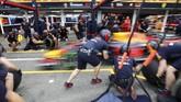 Tim Red Bull Racing melakukan pit stop di babak kualifikasi GP Jerman yang berlangsung di Sirkuit Hockenheim, Sabtu (21/7). (REUTERS/Wolfgang Rattay)