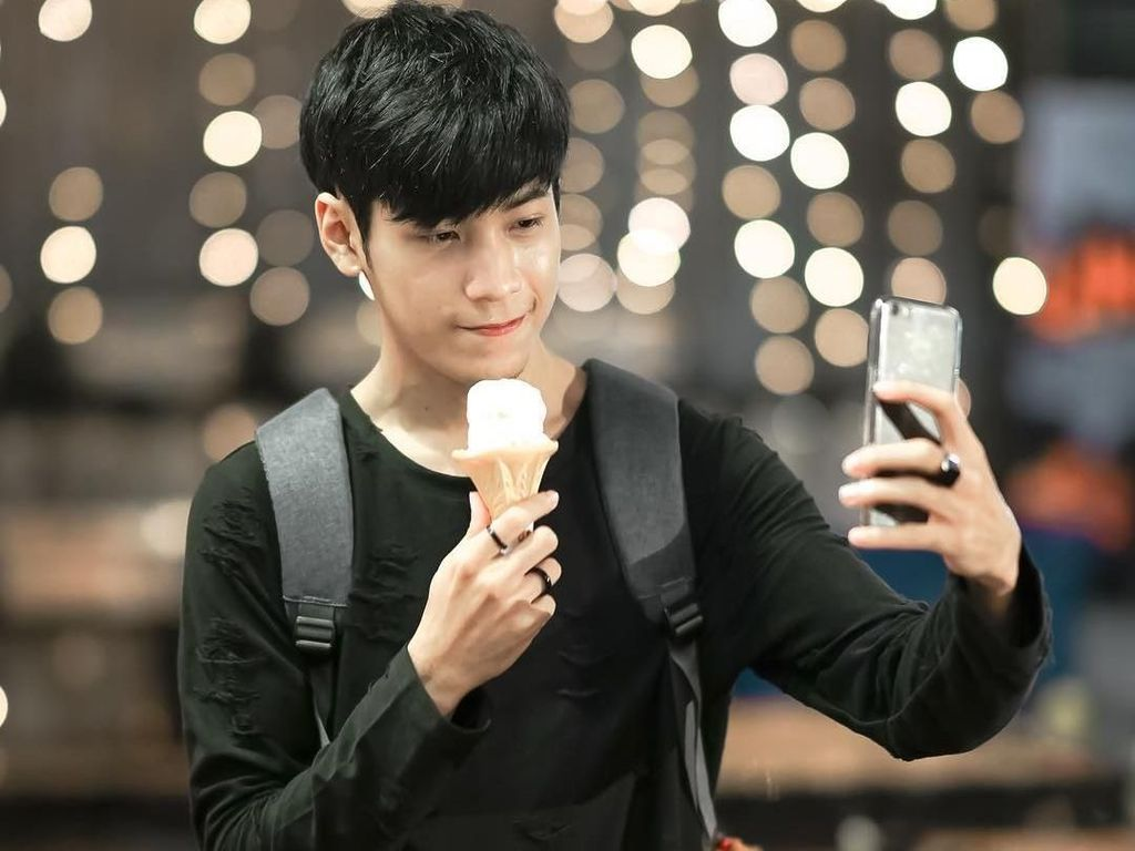 Begini Kerennya Gaya Singto, Aktor Thailand Saat Cicip Seafood Hingga Mie Instan