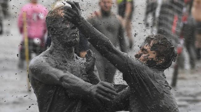 Sebanyak 400peserta berkompetisi di ajang Olimpiade Lumpur ini. (AFP PHOTO / Patrik STOLLARZ)