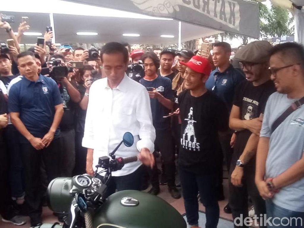 Jokowi sempat melihat motor modifikasi Royal Enfield Classic 500 milik anaknya, Gibran Rakabuming Raka.