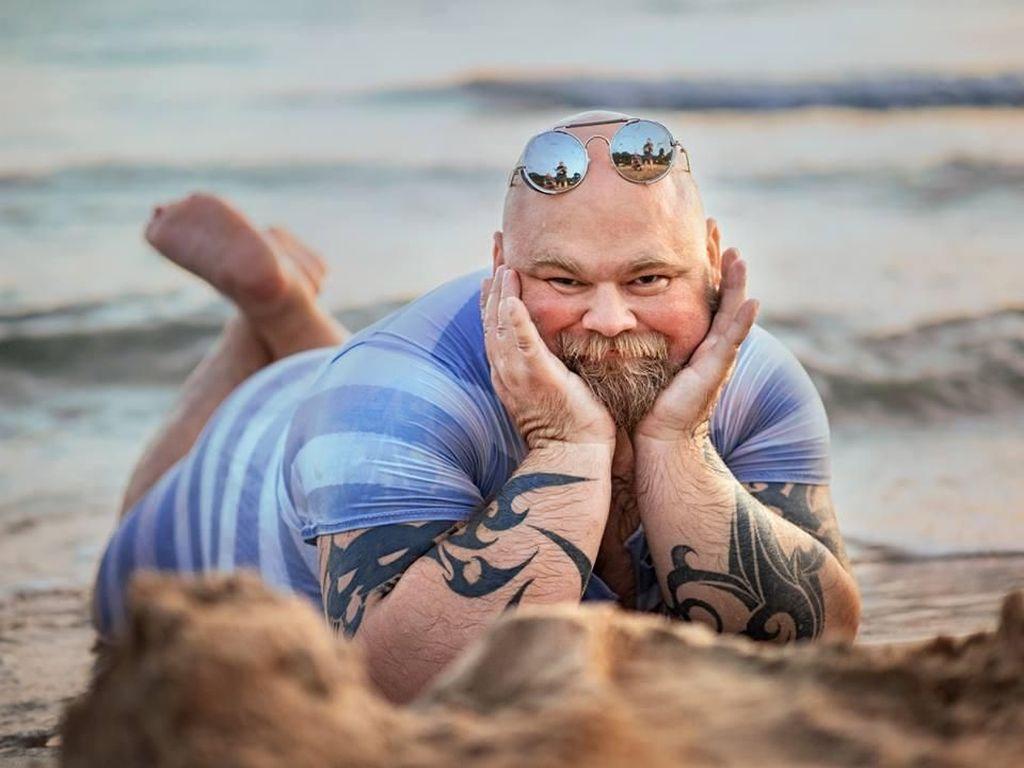 Kocak! Saat Pria Tirukan Pose Manja Wanita yang Menikmati Pantai