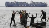 Para peserta merayakan kemenangan di ajang Olimpiada Lumpur ditepi sungai Elbe, Jerman. (REUTERS/Morris Mac Matzen)