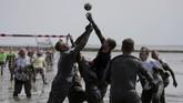 Para pesertamemperebutkan boladalam laga bola tangandi ajang