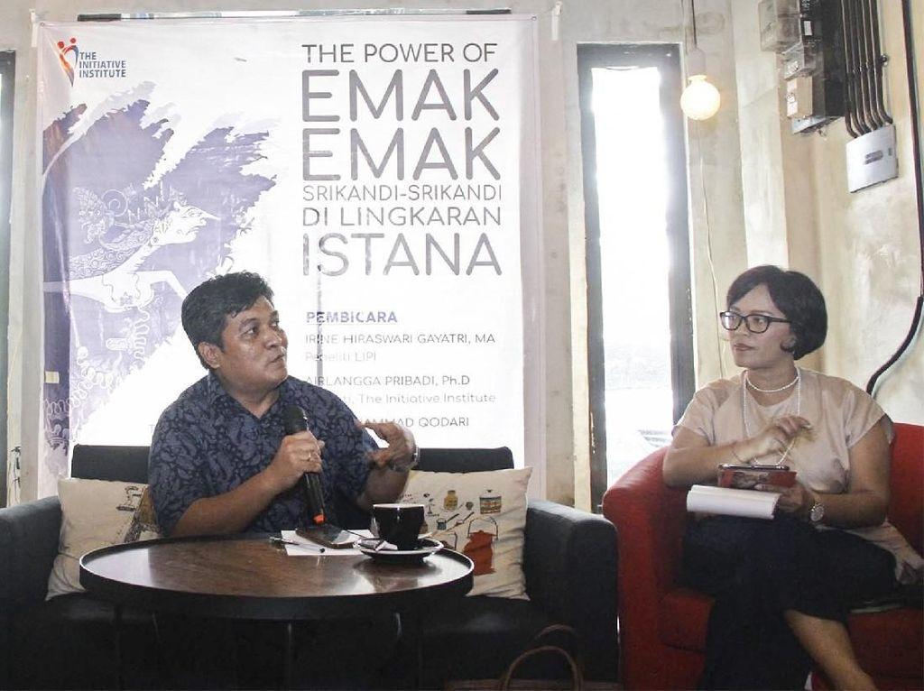 Peneliti The Initiative Institute Airlangga Pribadi (tengah), Aktivis Perempuan Wanda Hamidah (kiri), dan Peneliti LIPI Irine Hiraswari Gayatri saat hadir dalam diskusi. Istimewa.