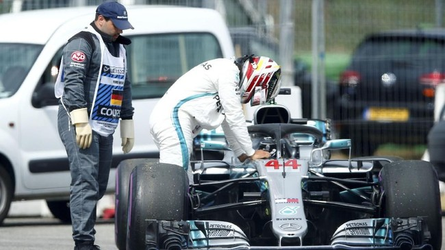 Rival Sebastian Vettel dalam perebutan gelar juara dunia F1 2018, Lewis Hamilton, gagal menembus Q1 setelah mengalami masalah mesin. (REUTERS/Ralph Orlowski)