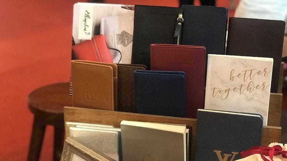 Ya, dalam dua tahun terakhir ada beberapa item suvenir yang kian dicari yakni pouch custom. Selain lebih fungsional, pouch juga terkesan menarik dan bermakna. CNBC Indonesia/Lynda Hasibuan