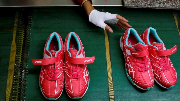 Shoes are being made at Complete Honour Footwear Industrial, a footwear factory owned by a Taiwan company, in Kampong Speu, Cambodia, July 4, 2018. REUTERS/Ann Wang    SEARCH