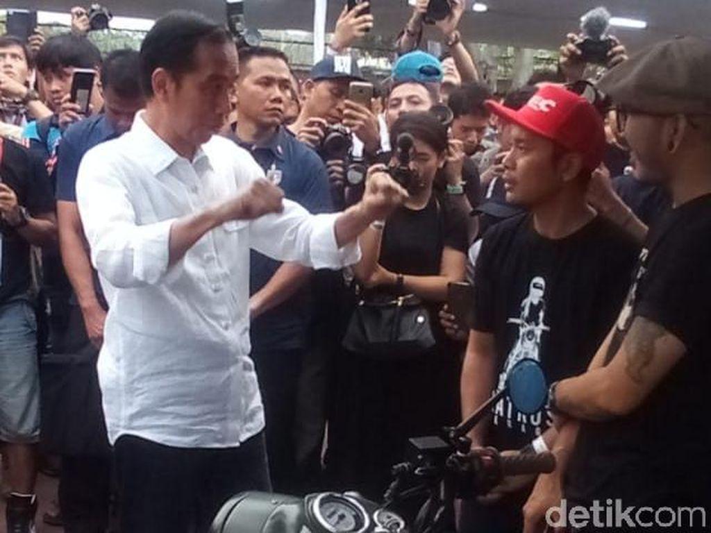 Oleh pengunjung, Jokowi sempat diminta menunggangi motor itu. Namun Jokowi menolak. Ini bukan motor saya, nanti yang punya motor datang, ucap Jokowi