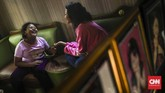 Sasha (14) dan Rara (10) kakak beradik yang menekuni ventriloquism sejak 5 tahun yg lalu. Mereka selalu tampil dengan boneka bernama Shania dan Saskia. (CNN Indonesia/ Hesti Rika)