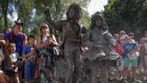 Terdapat puluhan bahkan ratusan patung hidup, yang datang dari berbagai daerah dan lintas negara, seperti Argentina, Rusia dan Italia. (REUTERS/Yves Herman)