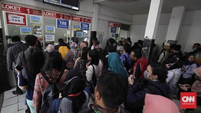 Calon penumpang antre membeli tiket kertas di Stasiun Bekasi, Jawa Barat, Senin, 23 Juli 2018. Pembaharuan system dan pemeliharaan tiket elektronik KRL dalam skala keseluruhan oleh PT KCI dengan menggunakan tiket kertas sebagai pengganti sementara. (CNNIndonesia/Safir Makki)