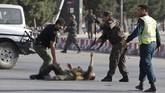 Polisi menyebut ledakan itu menewaskan setidaknya 14 orang dan melukai lebih dari 50 orang. (REUTERS/Omar Sobhani)