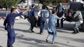 Dostum tak terluka dalam insiden ini, dan tak banyak menyebut serangan itu saat ia menemui pendukungnya. (REUTERS/Omar Sobhani)