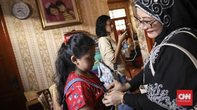 Sasha dan Rara saat bersiap untuk tampil. Duet Sasha dan Rara dengan bonekanya berdurasi sekitar 20 menit. (CNN Indonesia/ Hesti Rika)