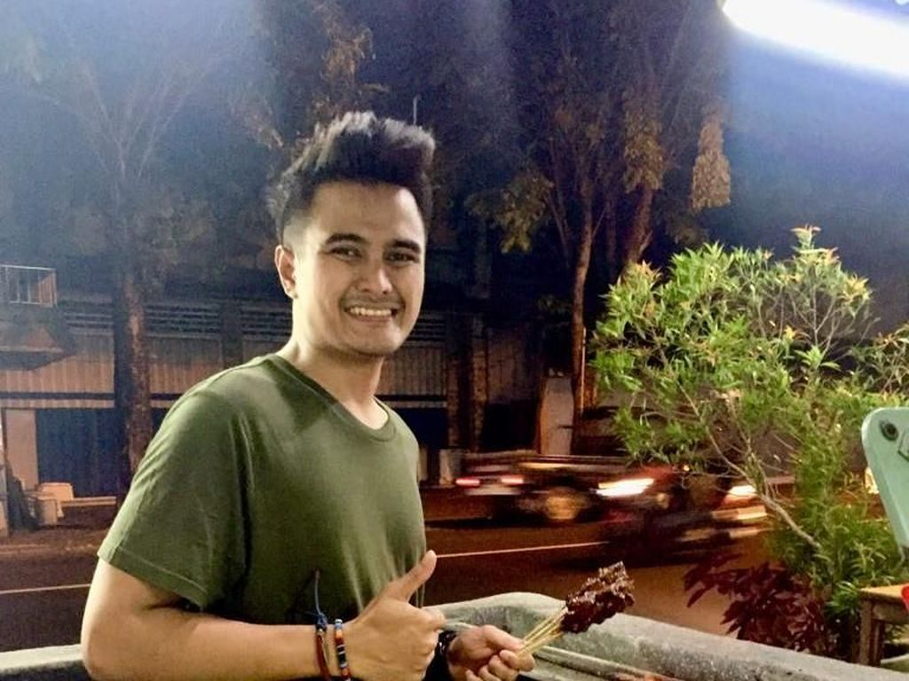 Ini Tukang Sate Ganteng Dari Bali yang Bikin Wanita Kepincut