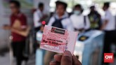 Calon penumpang antre memegang tiket kertas di Stasiun Bekasi, Jawa Barat, Senin, 23 Juli 2018. Tiket kertas yang digunakan sementara proses migrasi berjalan itu dijual Rp.3.000 (CNNIndonesia/Safir Makki)