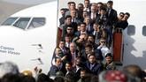 Dostum pergi dari bandara bersama iring-iringannya hanya beberapa menit sebelum ledakan terjadi. (REUTERS/Omar Sobhani)