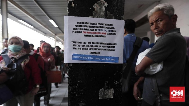 Calon penumpang antre membeli tiket kertas di Stasiun Bekasi, Jawa Barat, Senin, 23 Juli 2018. Tiket kertas sebagai pengganti sementara diberlakukan di 79 stasiun KRL dimulai dari perjalanan kereta pertama hingga kereta terakhir. (CNNIndonesia/Safir Makki)