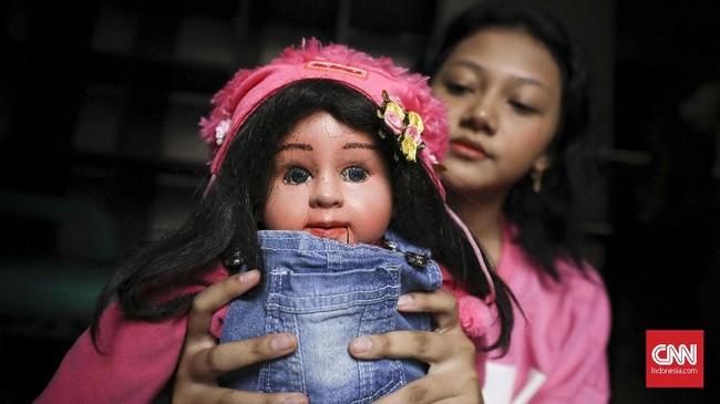 Perkembangan seni suara perut di Indonesia tak sepesat kesenian yang lain. Seni yang biasa disebut ventriloquism ini biasanya menampilkan seorang ventriloquist dengan boneka yang berbicara tanpa menggerakan bibir. (CNN Indonesia/ Hesti Rika)