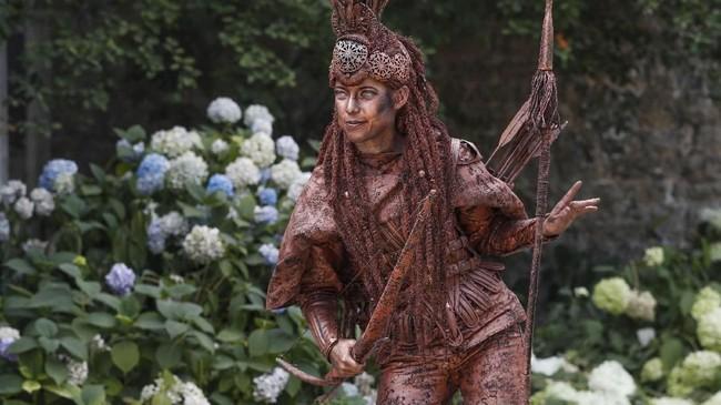 Mereka adalah orang-orang, kebanyakan seniman, yang mendandani diri seperti patung. (REUTERS/Yves Herman)