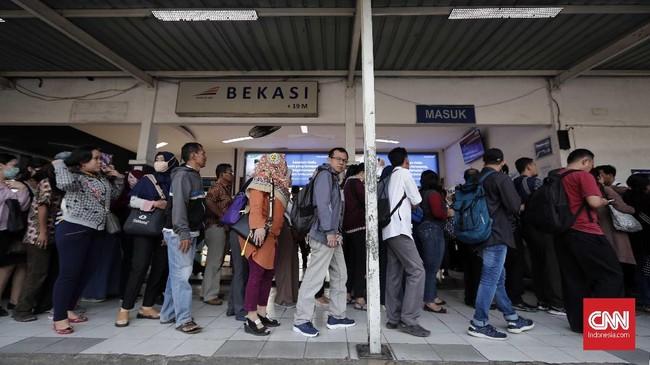 Calon penumpang berdesakan membeli tiket kertas di Stasiun Bekasi, Jawa Barat, Senin, 23 Juli 2018. Pembaharuan sistem dan pemeliharaan tiket elektronik KRL dalam skala keseluruhan oleh PT Kereta Commuter Indonesia (KCI) dengan menggunakan tiket kertas sebagai pengganti sementara. (CNNIndonesia/Safir Makki)