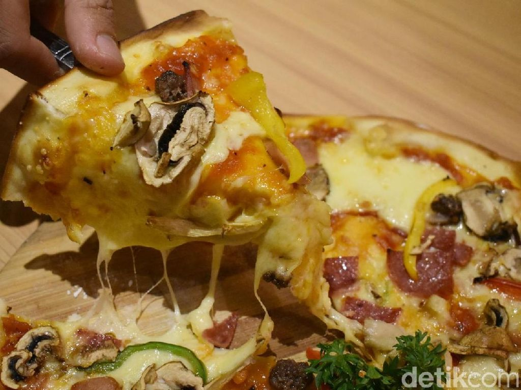 Milkoe Bistreau: Ngemil Pizza Keju Sambil Baca Buku di Kafe Cantik