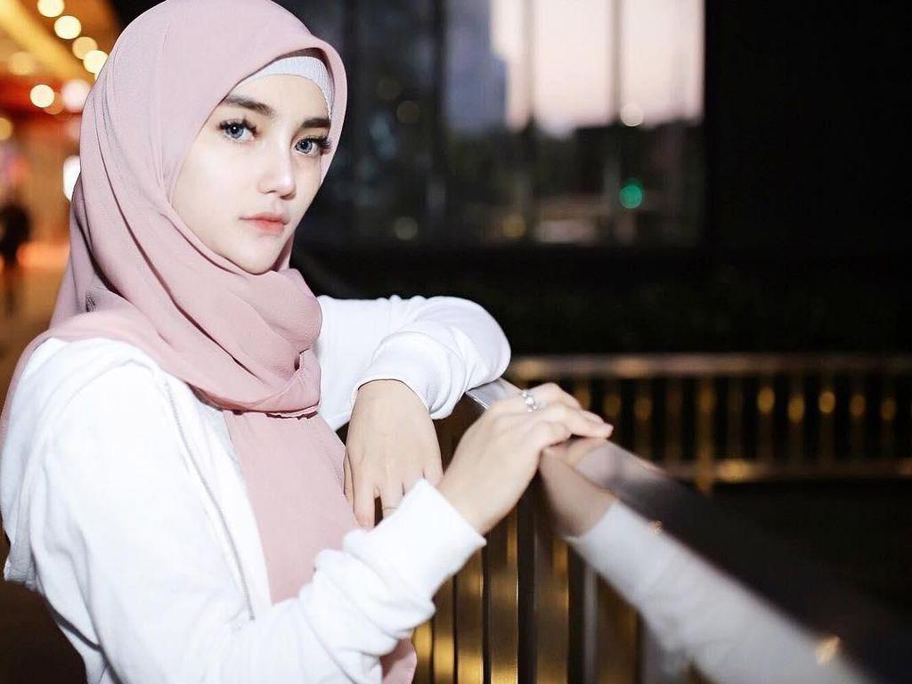 Dikabarkan Putus dari Atta Halilintar, Selebgram Cantik Ini Lepas Hijab