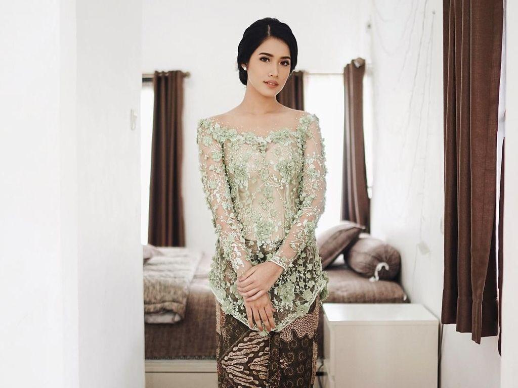 10 Inspirasi Kebaya Lamaran dari Artis Indonesia, Bikin Kamu Cantik