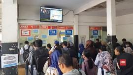 VIDEO: Pembaruan Sistem Tiket, Antrean Penumpang KRL Mengular