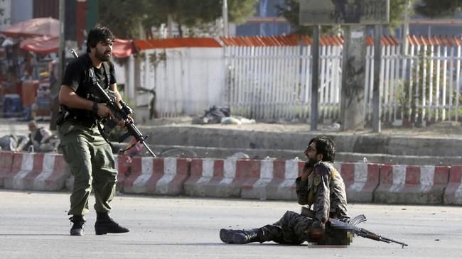 Serangan bom bunuh diri menghantam bandara di Kabul, Afghanistan, saat Wakil Presiden Abdul Rashid Dostum kembali dari pengasingan, Minggu (22/7). (REUTERS/Omar Sobhani)