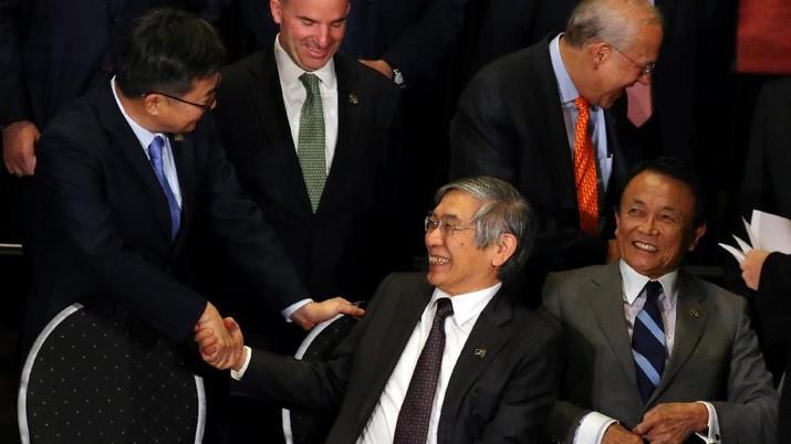 Gubernur Bank of Japan (BOJ) Haruhiko Kuroda mengatakan bank sentral seluruh dunia harus berhati-hati mengevaluasi efek  kebijakan moneter non-konvensional.