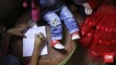 Inspirasi cerita yang ditampilkan Sasha dan Rara biasanya berasal dari lingkungan sekitar, misalnya tentang motivasi bersekolah. (CNN Indonesia/ Hesti Rika)