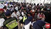 Calon penumpang antre membeli tiket kertas di Stasiun Bekasi, Jawa Barat, Senin, 23 Juli 2018. Antrean panjang terjadi akibat proses migrasi sistem tiket KRL di seluruh stasiun commuter line. (CNNIndonesia/Safir Makki)