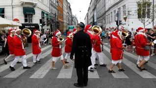 FOTO: Jubah Merah dan Jenggot Sinterklas di Musim Panas