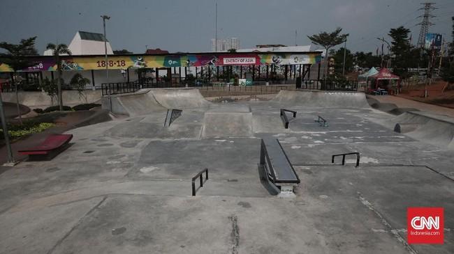Setelah dibangun pada era Gubernur DKI Ahok, fasilitas skatepark Kalijodo sempat dipuji. Namun, kini tampak tak enak karena penuh tambal, sedangkan di trek BMX masih ada sedikit titik yang berlubang. (CNN Indonesia/Andry Novelino)