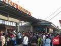 Antrean KRL di Stasiun Depok Mengular Hingga ke Jalan