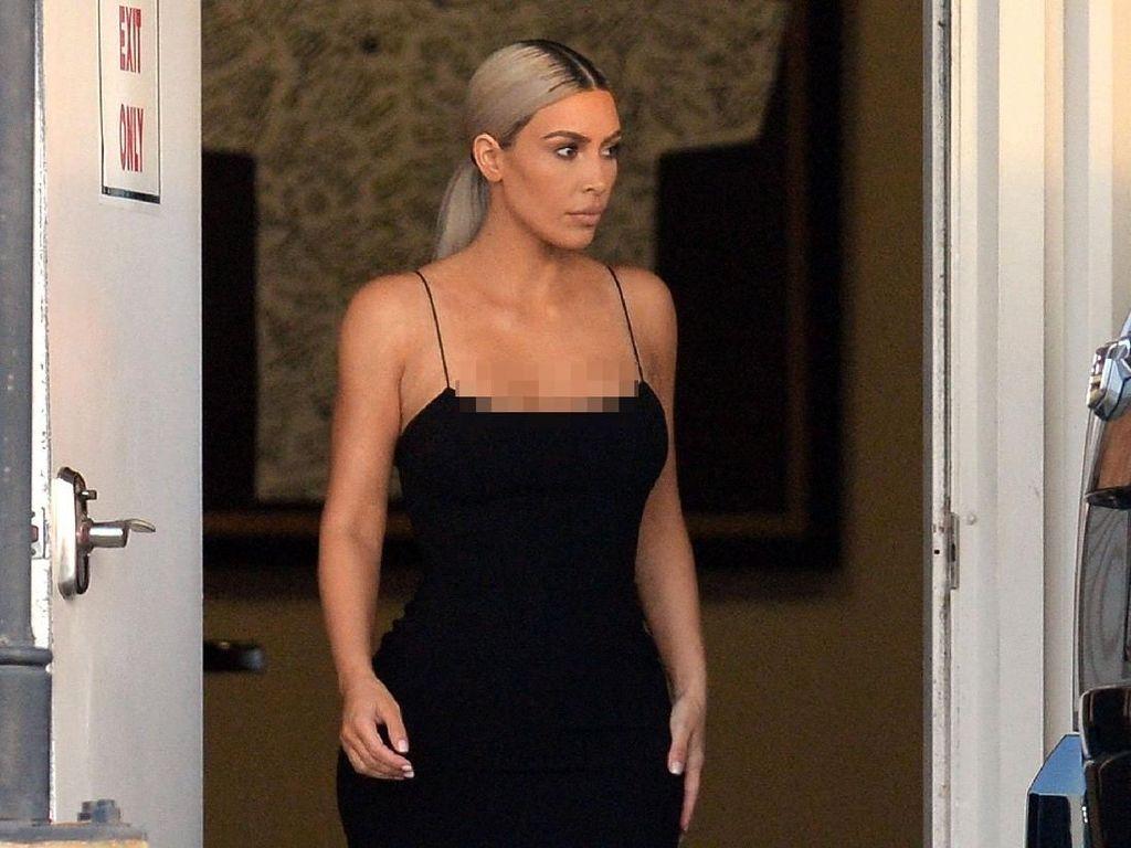 5 Gaya Seksi Kim Kardashian Datang ke Pesta Pernikahan