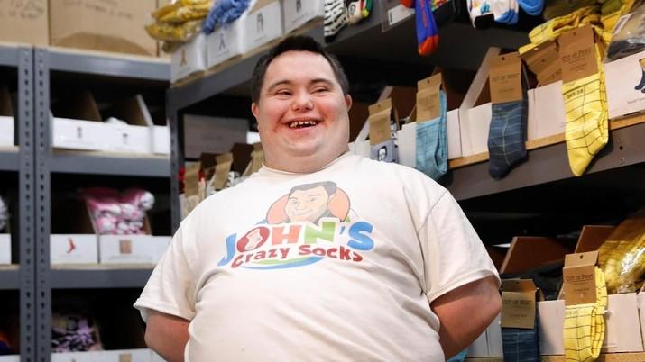 John menyumbangkan persentase penjualannya ke badan amal yang membantu penyandang cacat lainnya.