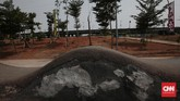 Fasilitas atau pemandangan yang rusak di Taman Kalijodo tergolong minor. Arena trek BMX memang tak enak dilihat karena penuh tambalan. (CNN Indonesia/Andry Novelino)