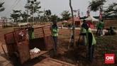 Petugas sedang memperbaiki tanaman yang mati di sekitaran area Taman Kalijodo. Melangkah dari ujung ke ujung taman, hampir bisa dipastikan semua rumput rusak. Terik matahari diduga menjadi penyebab matinya rumput-rumput di sana. (CNN Indonesia/Andry Novelino)