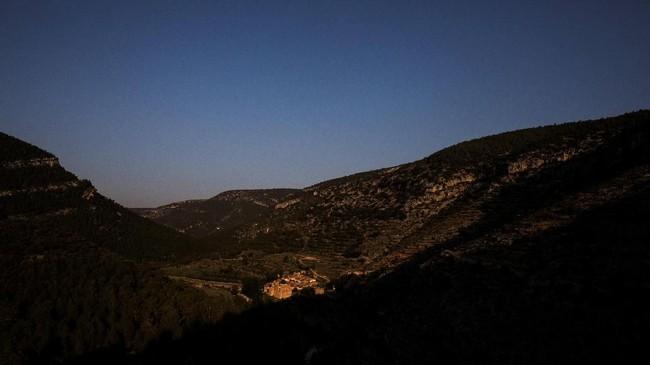 Desa La Estrella bermandi cahaya matahari pagi dikelilingi pegunungan Spanyol. Terletak di lembah wilayah Aragon, dimana serbuk sari beterbangan di atas pepohonan pinus, yang lalu menyebar ke atas lahan yang dulunya ditanami, desa itu terletak di tengah gurun yang sunyi.
