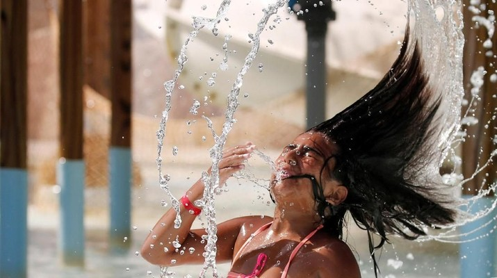 An Egyptian girl plays with water to cool off in hot and humid weather inside an Aqua arena during summer holidays at El Ain El Sokhna in Suez, east of Cairo, Egypt July 21, 2018. REUTERS/Amr Abdallah Dalsh