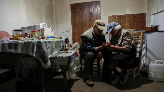 Tidak merindukan masyarakat, dan meskipun memiliki rumah lain di desa terdekat, Vilafranca, pasangan tersebut hanya pergi ke sana untuk mengunjungi putra mereka Vicente dan keluarganya.