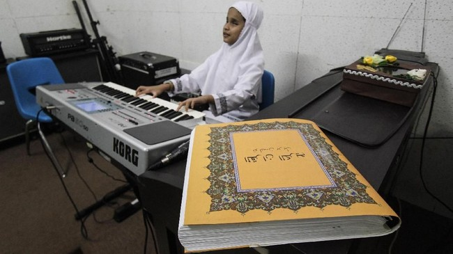 Mata Allafta Hirzi Sodiq (10) boleh tak melihat. Namun ketika jemarinya sudah menekan tuts organ, siswa SLB Pembina di Jakarta Selatan itu bisa memainkan lagu dengan merdu. (Eko Siswono Toyudho - Anadolu Agency)