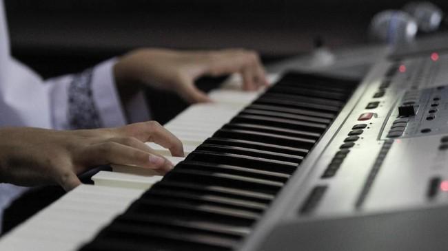 Zizi, sapaan akrab Allafta Hirzi Sodiq, bahkan bisa memodifikasi lagu dengan mengaransemen ulang nada dasarnya. Kata Zizi, ia memang paling suka aransemen musik. (Eko Siswono Toyudho - Anadolu Agency)