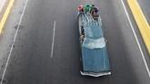 Warga Venezuela menggunakan mobil pribadi sebagai transportasi umum. Rencana redenominasi juga membuat mereka kebingungan saat akan membeli bensin. (AFP PHOTO / Federico PARRA)